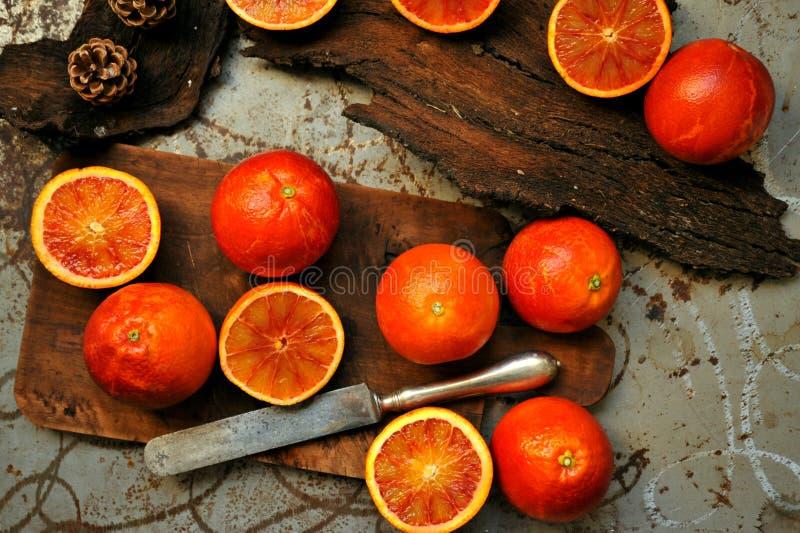 碱性,健康食物:在一个木板的红色血橙沙拉 免版税库存图片
