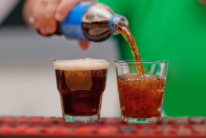 碳酸化合的饮料涌入了玻璃 免版税库存图片