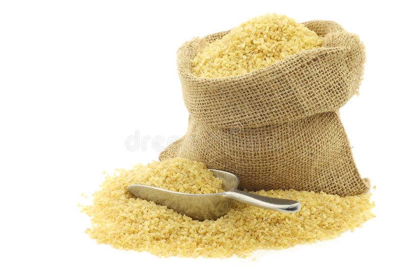 碾碎干小麦(蒸丸子)在粗麻布袋 免版税图库摄影