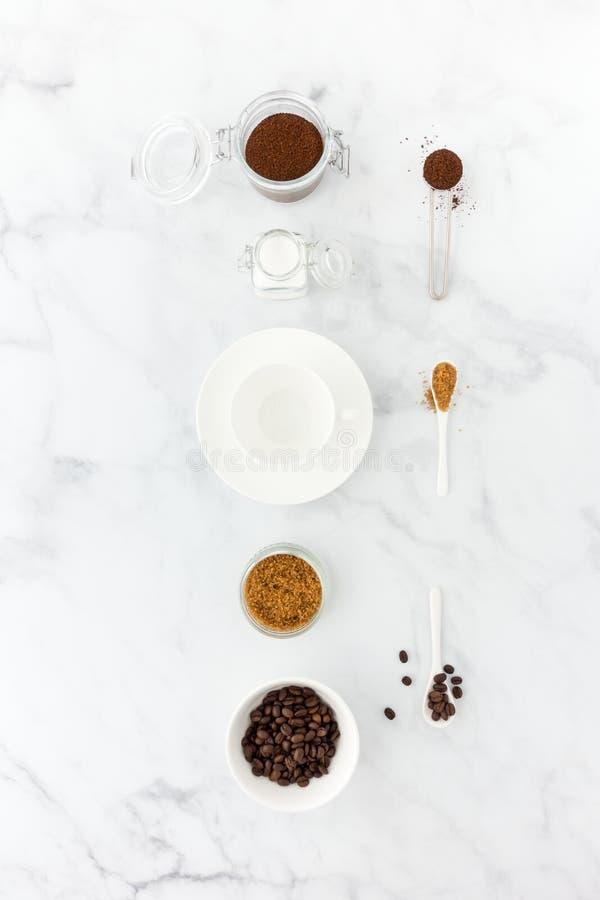 碾碎的咖啡和豆、白色和红糖和咖啡杯 免版税库存图片