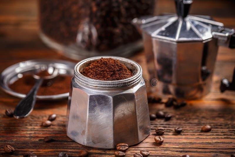 碾碎的咖啡和moka罐 免版税库存图片