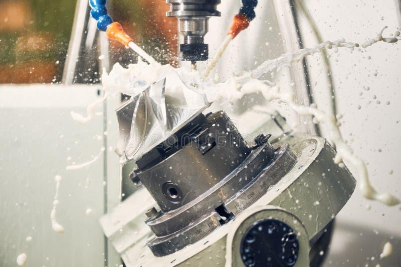碾碎的金属工艺过程 加工由垂直的磨房的工业CNC金属 免版税图库摄影