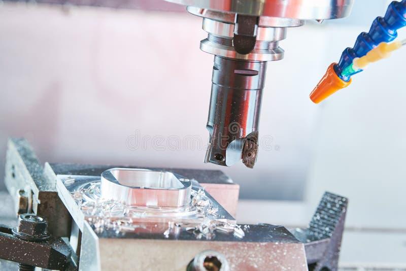 碾碎的金属工艺 加工由垂直的磨房的工业CNC金属 免版税库存照片