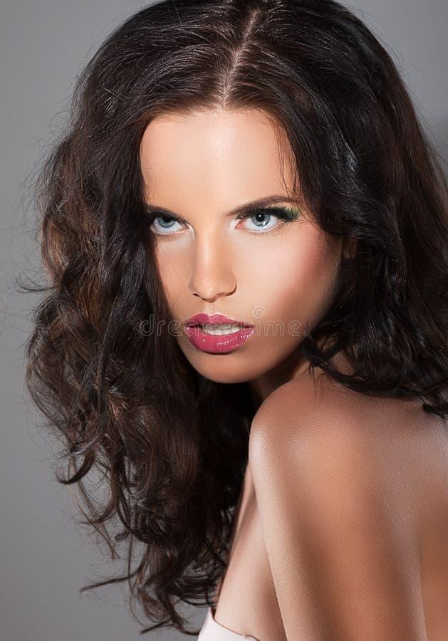磁性。有布朗头发的精妙的被提炼的妇女 免版税库存图片