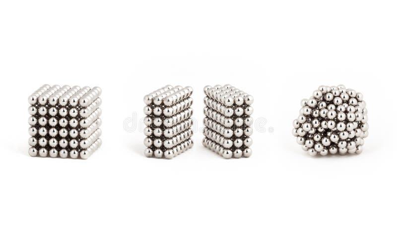 磁性金属球,从理想的形状到混乱 库存照片