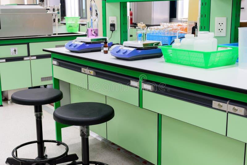 磁性绞拌器和化学实验在实验室 图库摄影