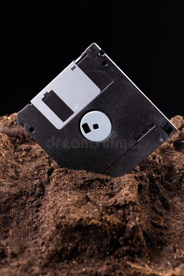 磁盘是在地面埋没的一半 免版税库存图片