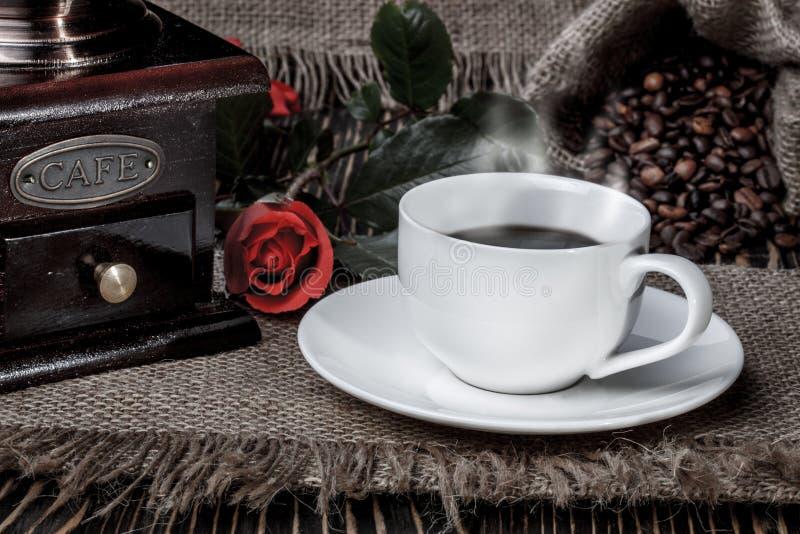 Download 磨咖啡器、红色玫瑰和咖啡在木书桌上的 库存图片. 图片 包括有 笔记本, 概念, 背包, 饮料, 研磨, 研磨机 - 72369527
