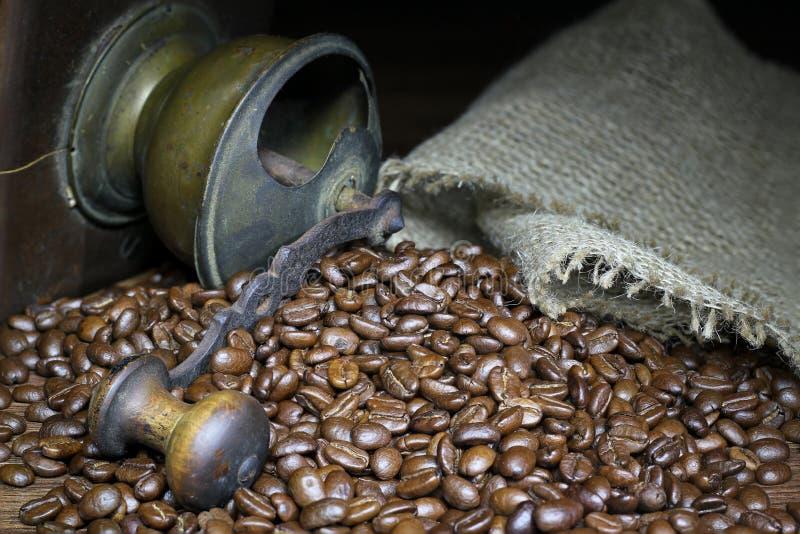 磨咖啡器与和咖啡豆 免版税库存图片