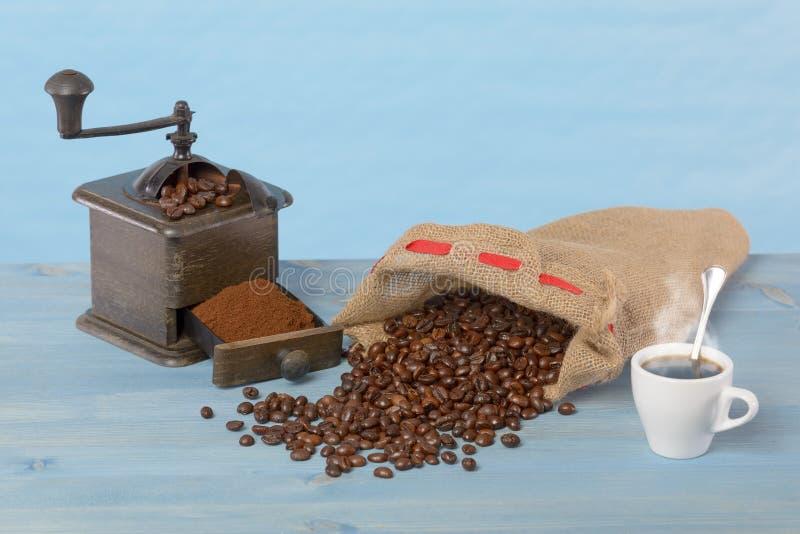 磨咖啡器和咖啡袋 库存照片
