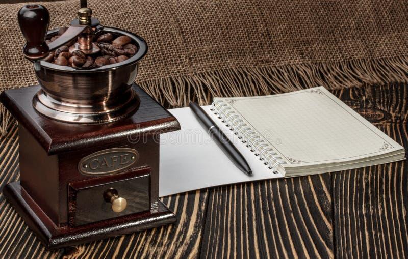 Download 磨咖啡器和笔记本在老木书桌上 库存照片. 图片 包括有 打赌的人, 细分, 阿拉伯人, 浓咖啡, 自然, 咖啡 - 72369510