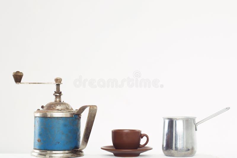 磨咖啡器杯子和咖啡壶 免版税库存图片