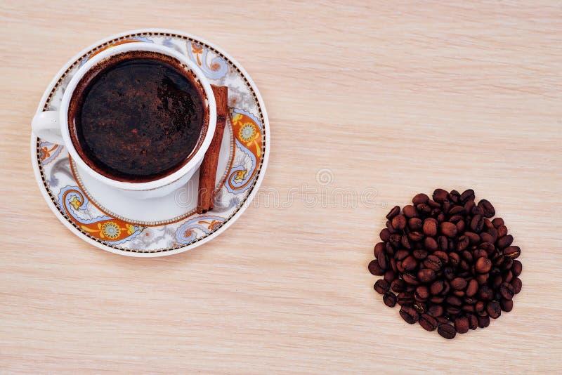 磨咖啡器,服务的咖啡杯 免版税库存照片
