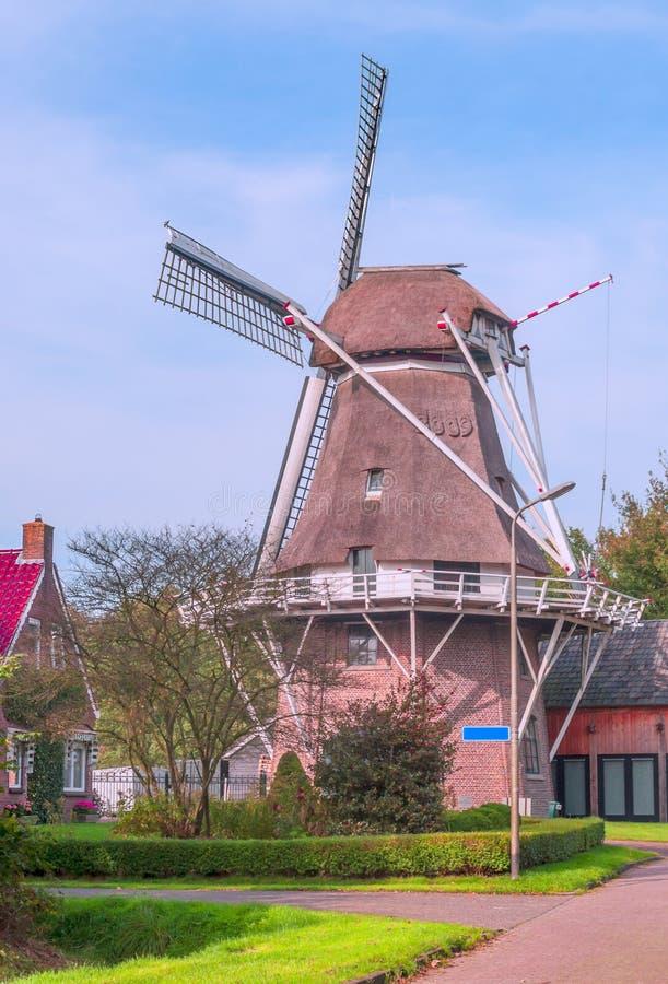 磨房刀片在一个村庄在荷兰 免版税库存图片