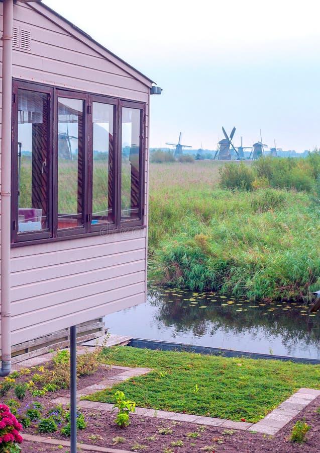 磨房刀片在一个村庄在荷兰 库存图片