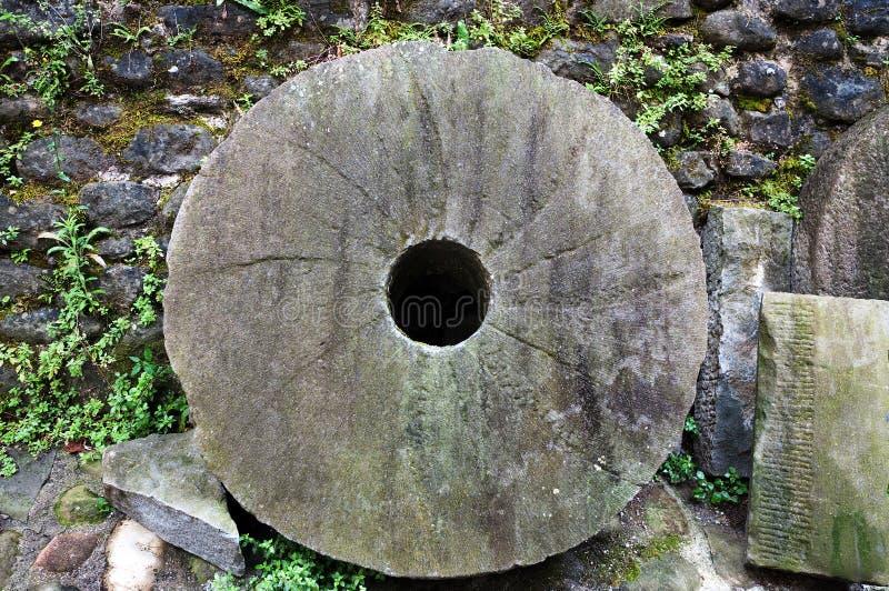 Download 磨石 库存图片. 图片 包括有 磨石, 磨房, 墙壁, 石头, 绿叶, 自然, 工厂, 未使用, 植被 - 15680607