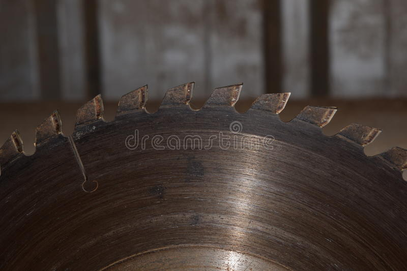 磨蚀刀片圆的剪切盘金属锯工作 图库摄影