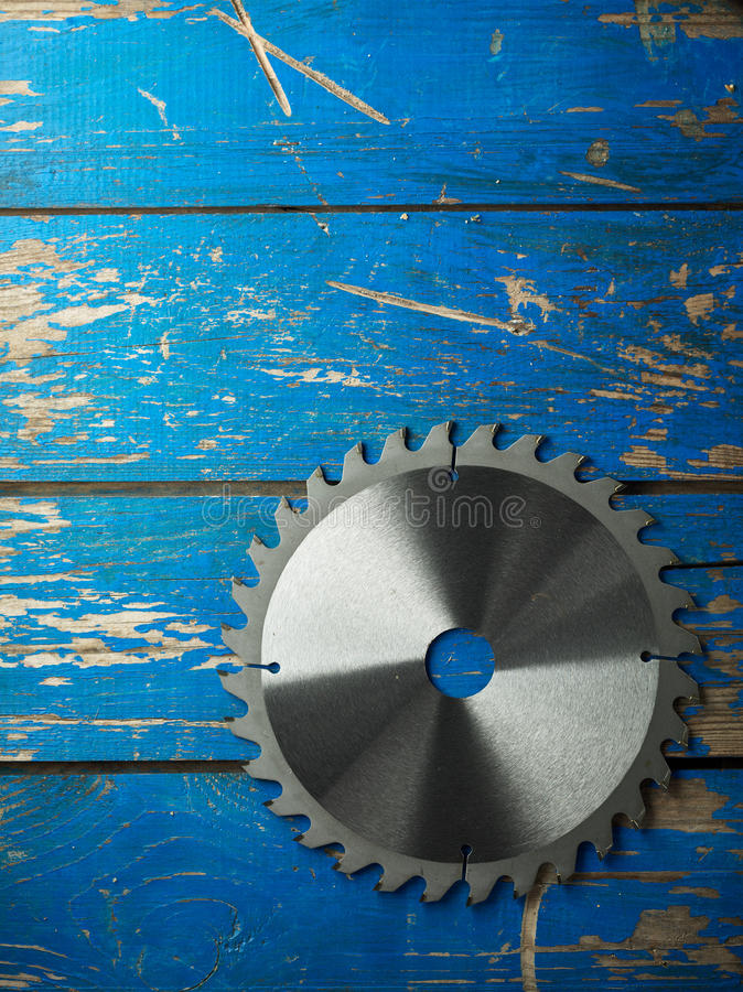 磨蚀刀片圆的剪切盘金属锯工作 库存图片