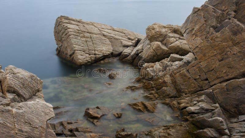 礁石和波浪 库存照片