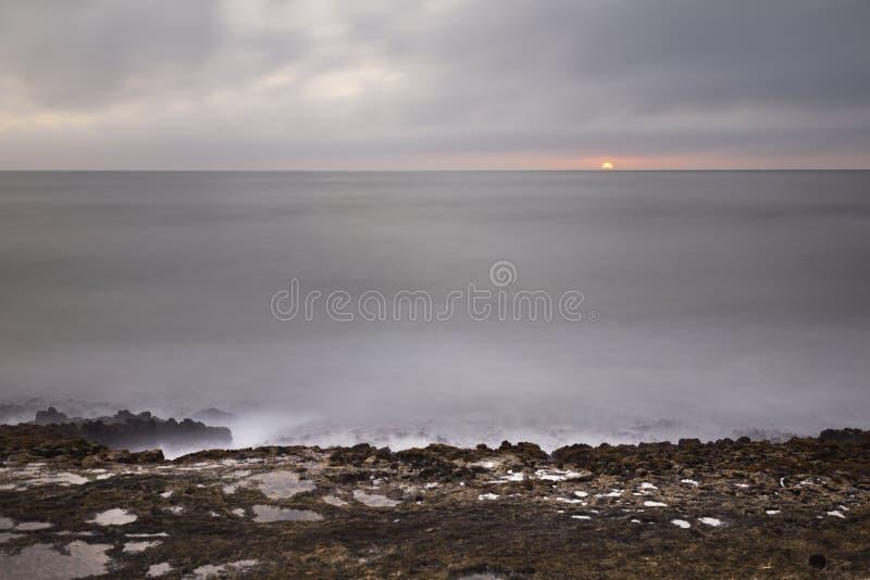 礁石日落,考艾岛,夏威夷 免版税库存照片