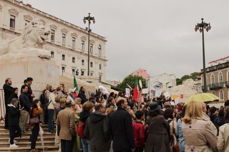 示威者抗议与招贴反对无痛苦的死亡在里斯本 免版税图库摄影