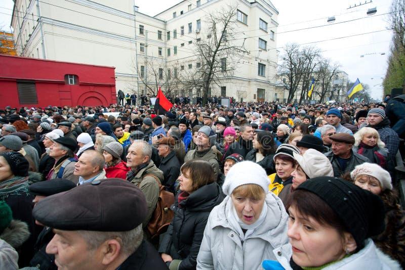 示威者的面孔在800数千人群的走到反政府会议的人 免版税图库摄影