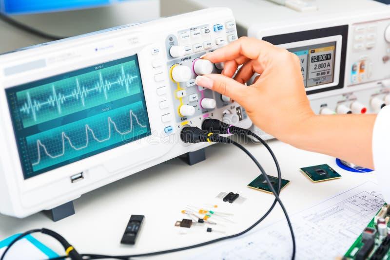 示波器在实验室使用和电子工程师 免版税库存图片