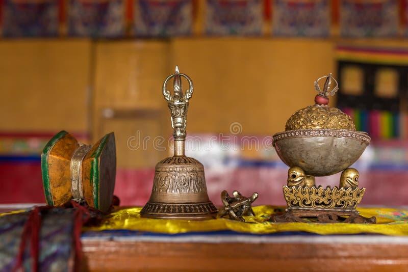 礼仪对象的特写镜头在西藏佛教徒修道院里在拉达克 库存图片