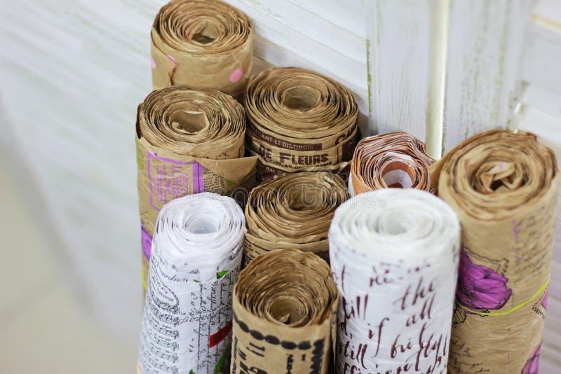 礼品包装材料的牛皮纸卷在白色背景 免版税图库摄影
