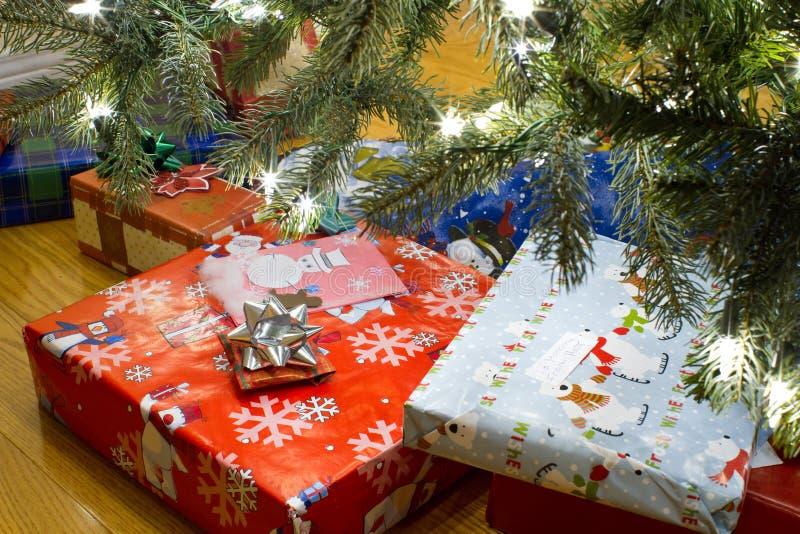 礼品在圣诞树下 免版税图库摄影