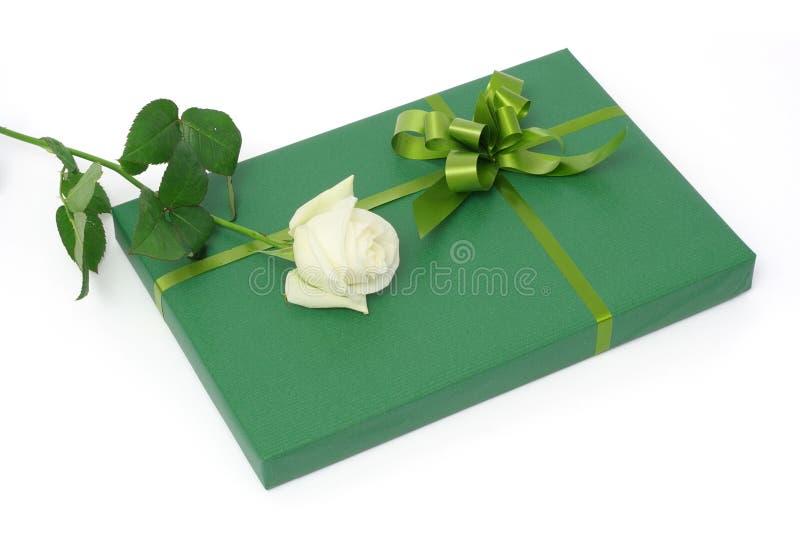 礼品绿色玫瑰白色 免版税库存图片
