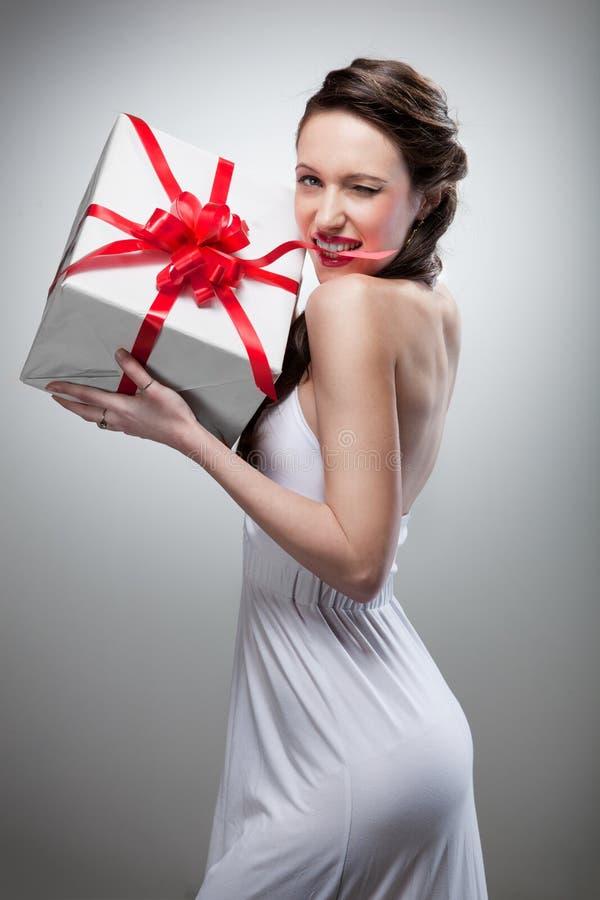 礼品藏品微笑的妇女 免版税图库摄影