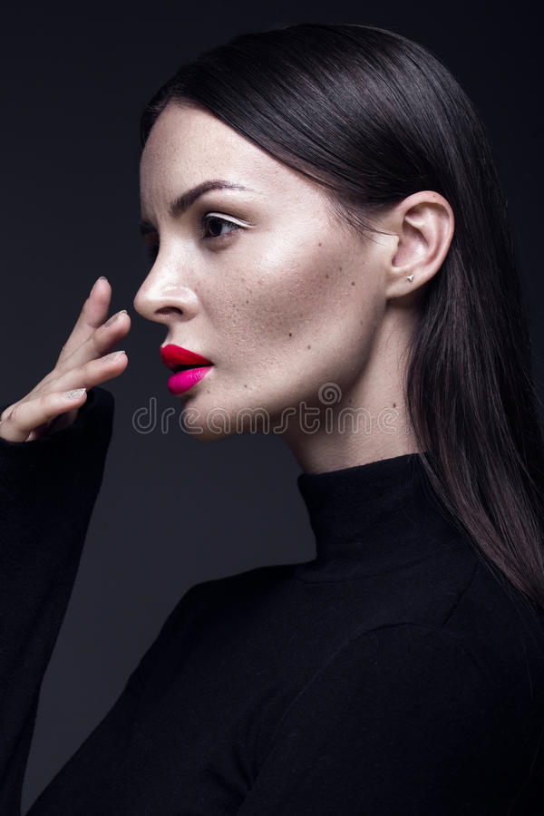 黑礼服、直发和时髦构成的美丽的深色的女孩 魅力秀丽面孔 免版税库存图片