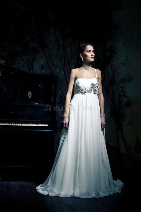 礼服佩带的婚礼妇女 图库摄影