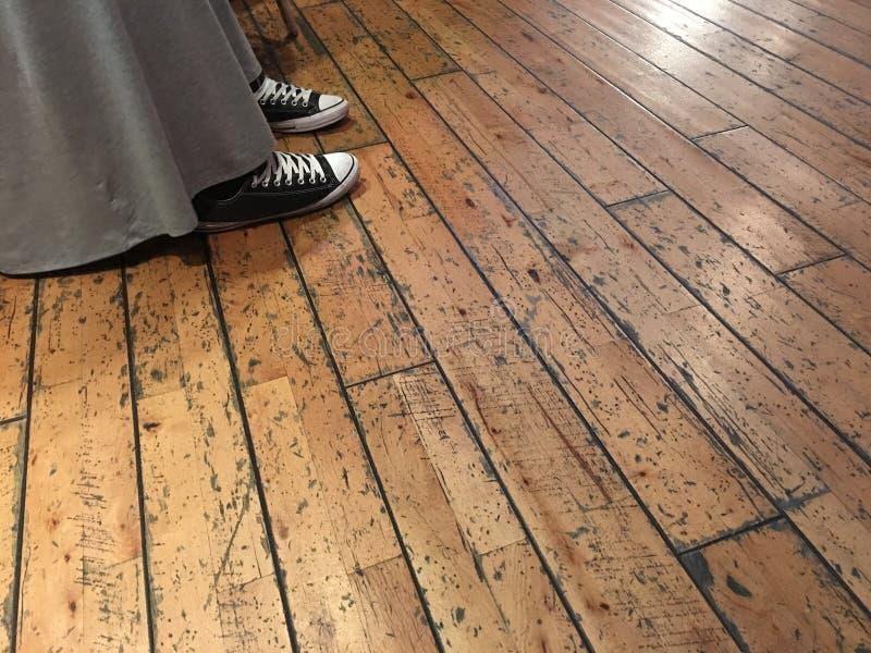 礼服和运动鞋 免版税库存照片