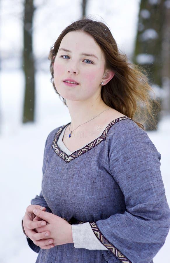 礼服女孩中世纪冬天 免版税库存图片