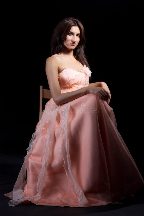 礼服新加工好的桃红色纵向的妇女 库存照片