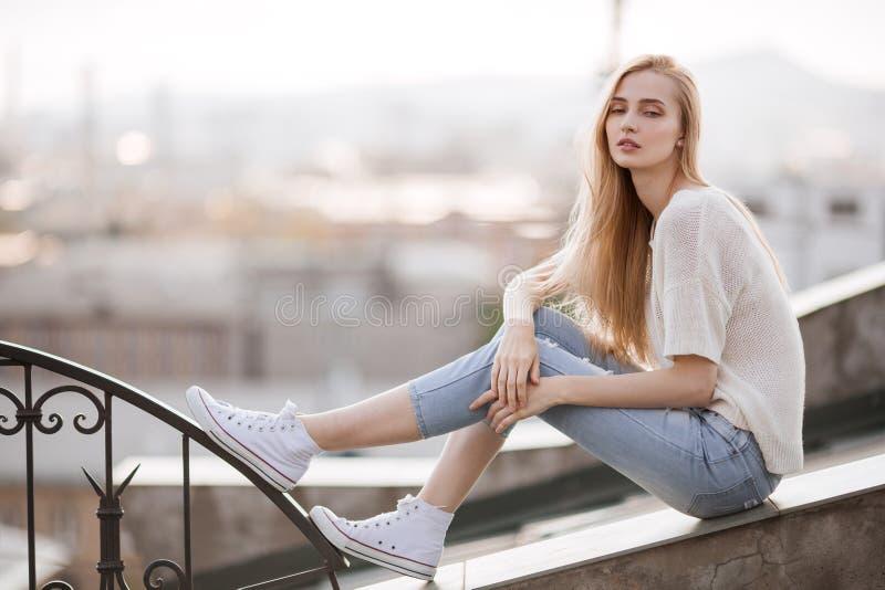 礼服方式金黄设计 夏天神色 牛仔裤,运动鞋,毛线衣 免版税库存照片