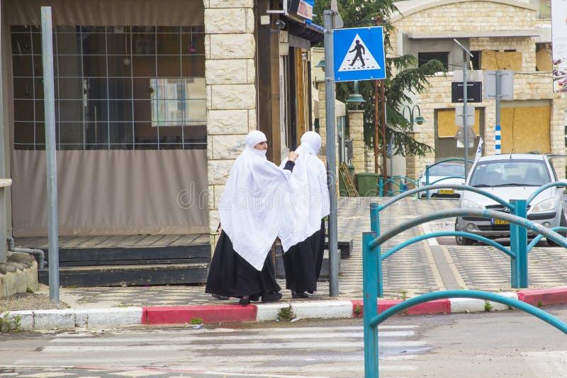 礼服的两三名年轻DruzeArab伊斯兰教的妇女在阿拉伯社区在戈兰高地以色列 库存照片