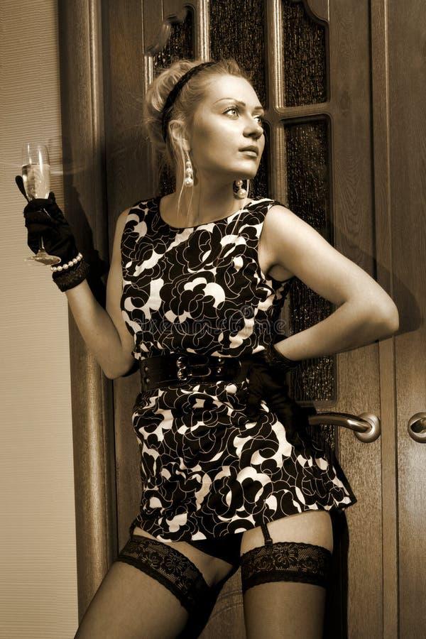 黑礼服的减速火箭的富有的妇女 免版税库存照片