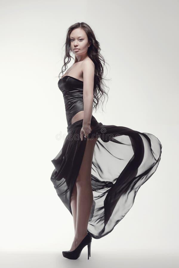 黑礼服的华美的亚裔妇女 免版税库存照片