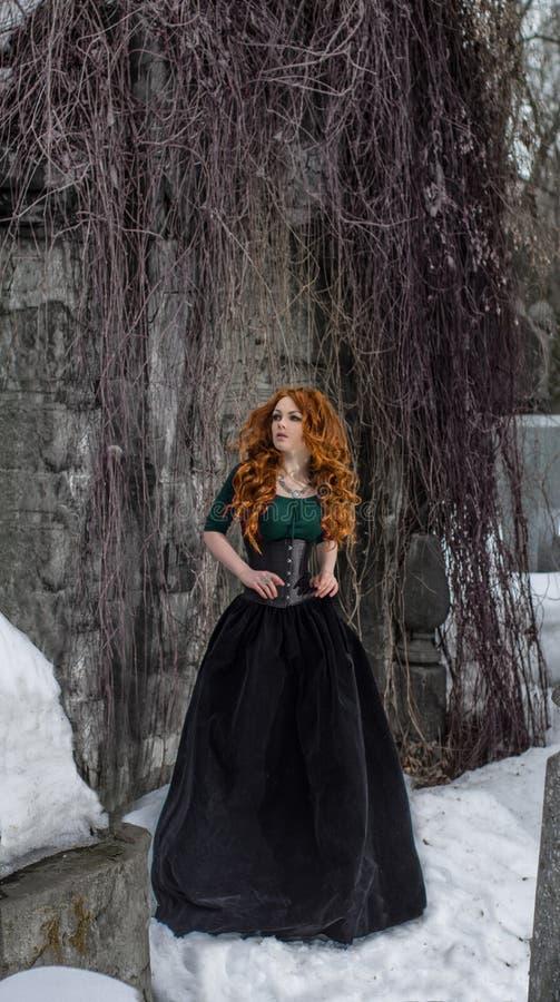 黑礼服的哥特式妇女 免版税库存照片