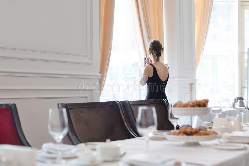 礼服的妇女在宴会大厅里 库存图片