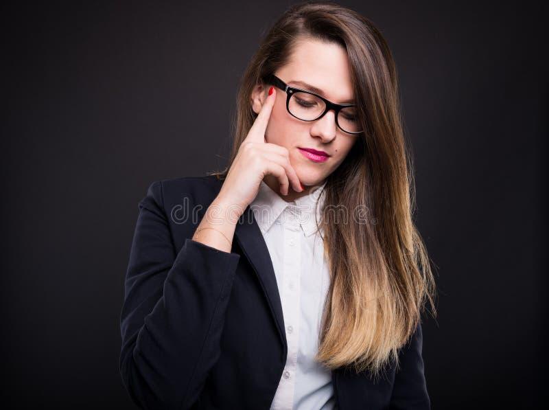 礼服的沉思年轻白种人女实业家 免版税图库摄影