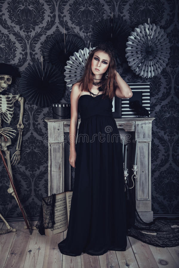 黑礼服的神奇少妇 免版税库存照片