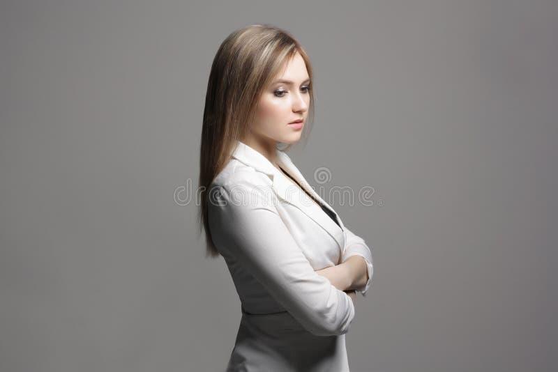 礼服的秀丽少妇 免版税库存照片