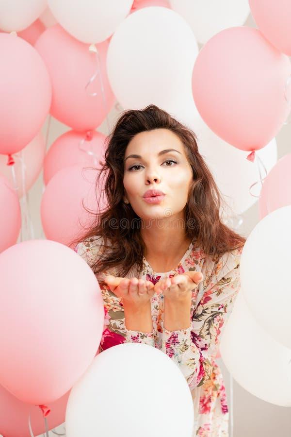 礼服的美丽的女孩有气球的在生日 逗人喜爱的妇女画象有多彩多姿的气球的 逗人喜爱的浅黑肤色的男人 免版税库存照片
