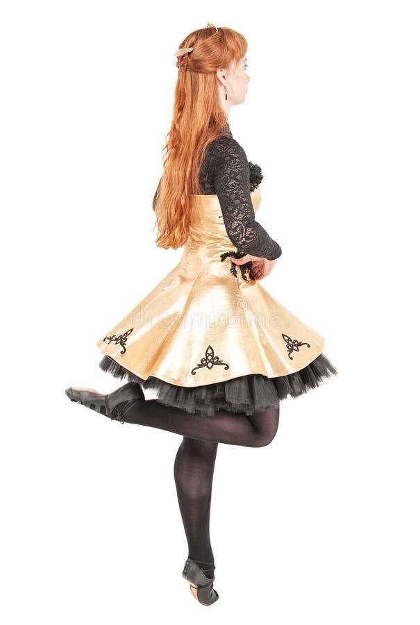 礼服的美丽的妇女爱尔兰语的跳舞并且掩没跳舞isolat 库存照片
