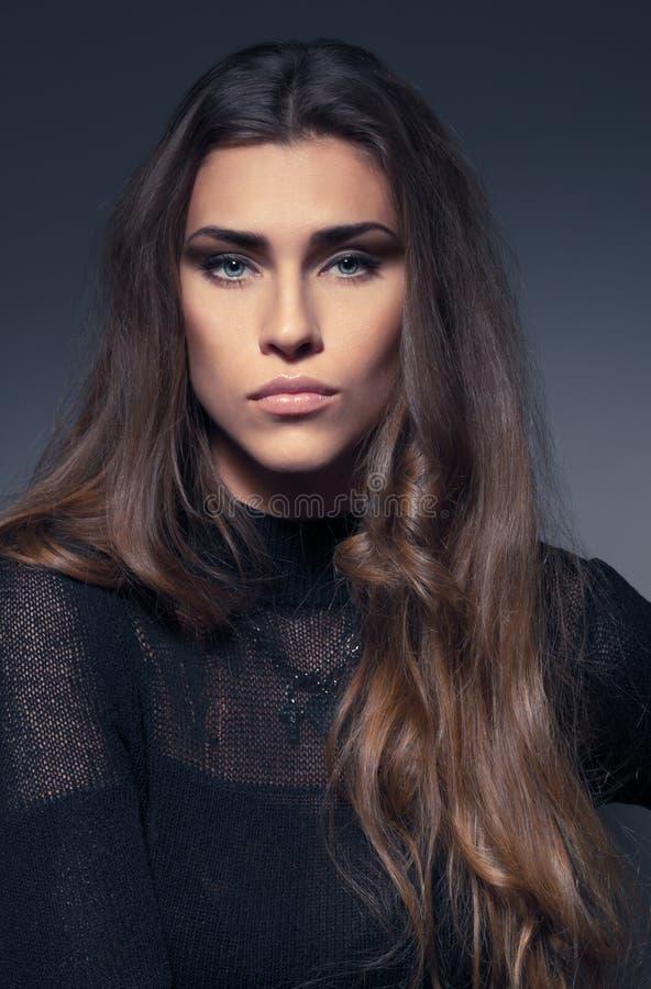 黑礼服的美丽的妇女 免版税图库摄影