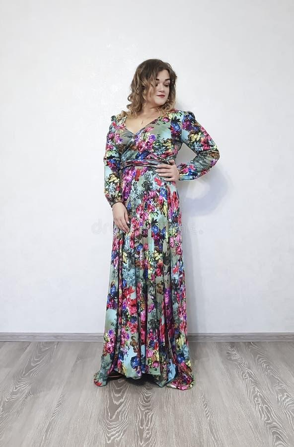 礼服的,卷发表示有吸引力的形象美女 图库摄影